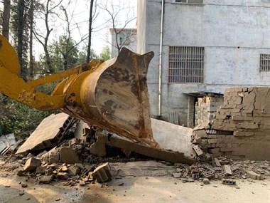 景德镇这里有人趁过年违章搭建 刚建好就被挖机拆了!