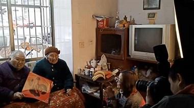 88岁母亲67岁女儿想合影,他们上门