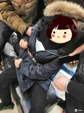 鹿山超市女子突然晕倒,口吐白沫腿在抽筋!众人帮忙