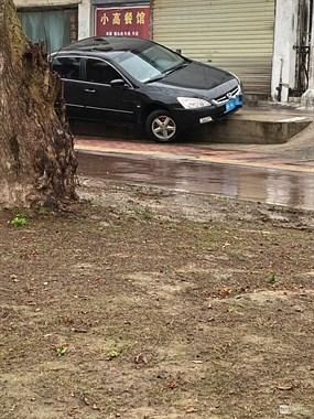 高手!景德镇街头一小车卡裆了 半个车身挂在台阶上