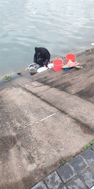 看着心里慌!大过年的老人江中洗餐具,省点水费值得吗?
