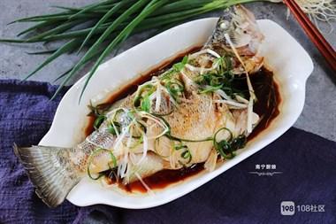 蒸鱼时,冷水上锅还是热水?教你正确做法,鱼肉鲜嫩可口还没腥味