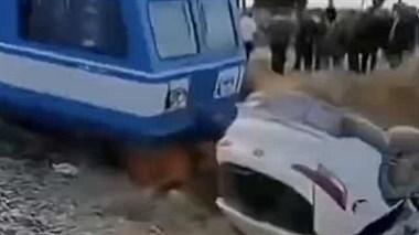 陕西一汽车撞火车,把火车撞出轨
