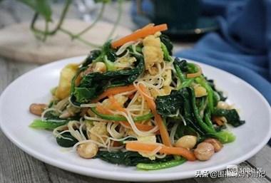 凉拌菠菜粉丝,年夜饭桌必备凉菜,味道清淡、口感爽滑,好吃不腻