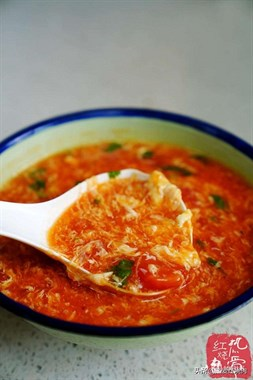 番茄蛋花汤家家都常做,怎样才能令蛋花均匀特漂亮呢?您得这么做