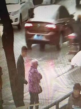 广场北路一70多岁老人被撞伤 肇事车下车一看就跑了!