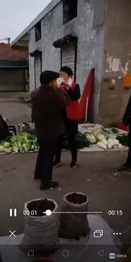 市场里古板老人不愿戴口罩,也不肯配合,结果遇到她…