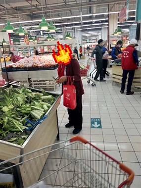 路人都看不下去了!百官一阿姨竟拿着小刀在超市干这事…