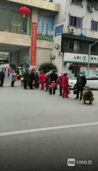 刚刚!景德镇某医院门口一群人拦马路!车都过不去了