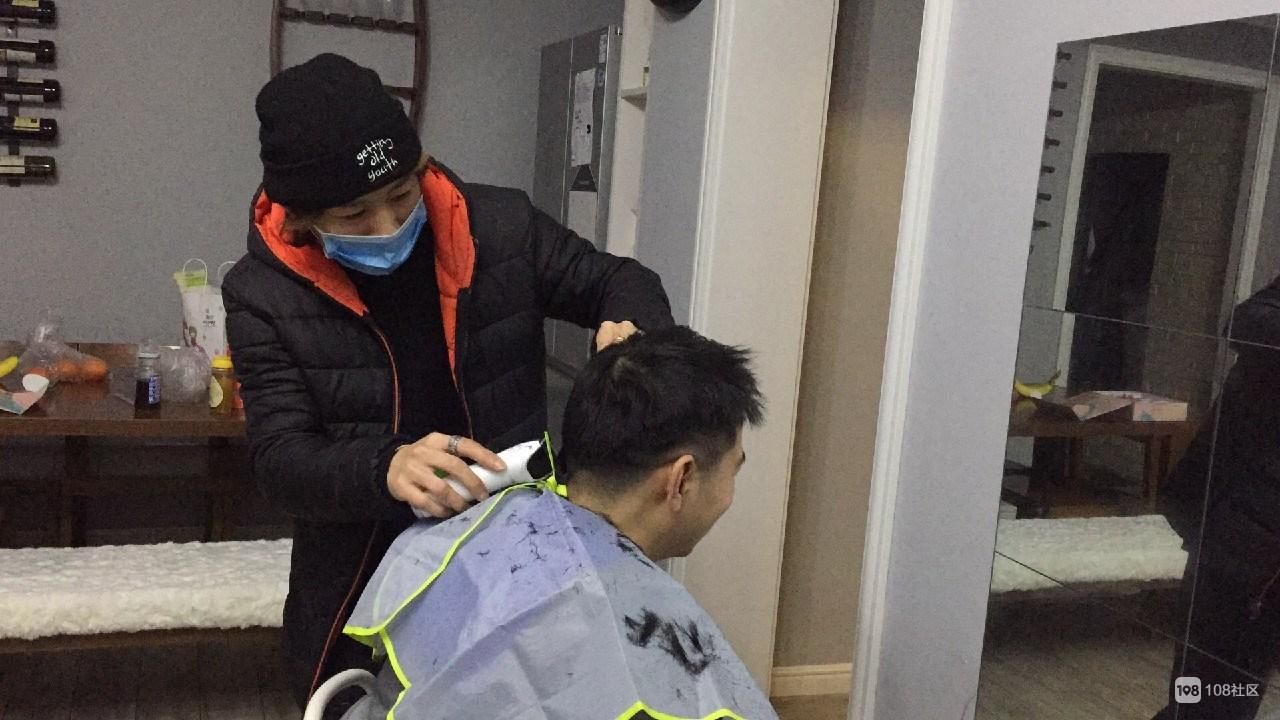 剪发去战斗!崇仁小伙进人医,为26名一线医护人员剪发