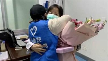 抗疫前线:志愿者替医生拥抱爱人