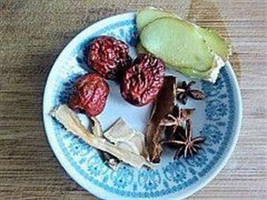 浓香猪蹄花生煲,汤鲜味美,这个冬天必备佳品