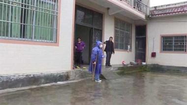 女孩拄拐杖参加防疫:想回武汉上学