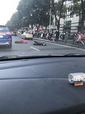 突发!供销超市门口一人被撞躺路边,围了半条街人