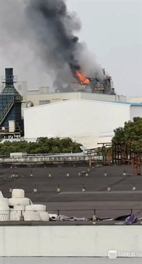 绍兴一印染厂突发火灾,黑烟滚滚楼顶瞬间被火吞噬