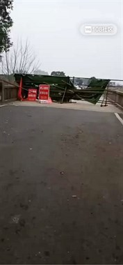 德清这路被钢管围栏拦住过不了!社友:急着上班可咋办?