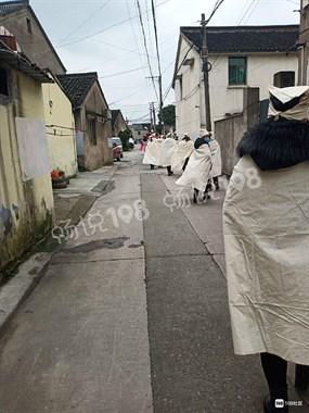 已经4天了!绍兴某街道一老人过世,几十个外村人来哀悼