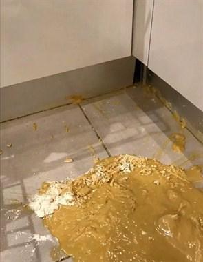 一不小心在厨房打翻一桶油,急中生智现场来点面粉