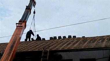 """农村这户人家真土豪!翻新屋顶请来""""大家伙"""",这阵仗不得了"""