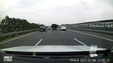 在杭宁高速经历惊魂一幕!前面大货车突然侧翻,我差点悲剧…