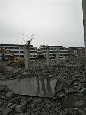 这五金市场被拆了!现场已成废墟,挖掘机忙不停