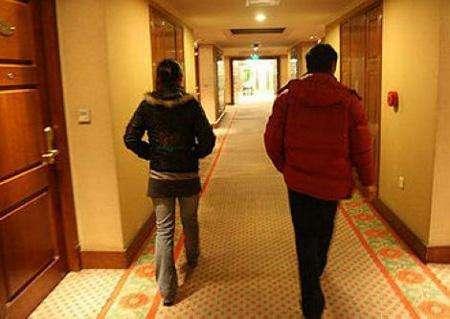 男子约前女友到宾馆清旧债 强吻脱衣欲实施强暴