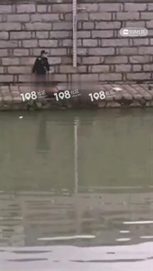 石璜40岁男子不幸溺水,被警察捞上岸!情况不妙