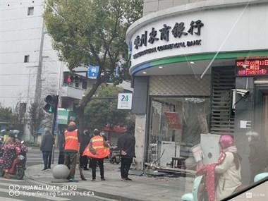 官河路轿车冲撞银行!铁网大门撞出洞,满地碎玻璃