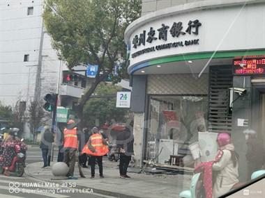"""遭么好,医院路十字路银行被车""""袭击""""…"""
