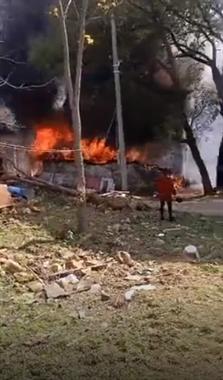 景德镇这老太太不小心点燃一栋房子!拼命把东西往外搬…