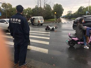 雨天接连2起事故!电动车主被撞飞,轿车撞断一排隔离带