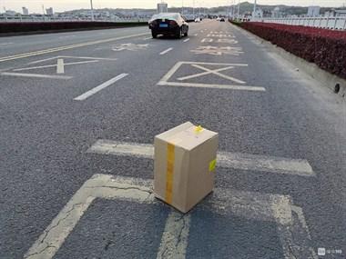 双塔大桥车前突然飞下一物,男子停下车捡起来就跑!