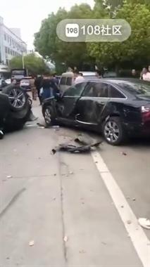 惨!店口一车子被撞得四脚朝天,旁边奥迪安然无恙