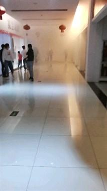 皋埠某商场突然着火!大人小孩往外跑,整层全是浓烟