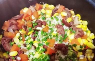 大米的新吃法,不直接水煮,米中淋上2个鸡蛋,出锅孩子抢着吃