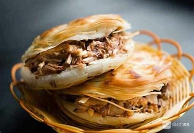 白吉馍表皮焦黄酥脆,内部绵软可口,加上美味的腊汁肉,香满嘴