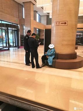 甘霖酒店发现个大爷,坐那直发抖!社友看到立马报警