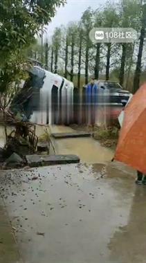 甘霖水泥车翻车,半个车身泡水沟里!噶多人冒雨围观
