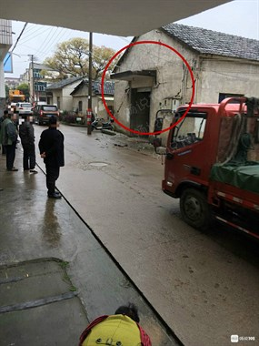 西京突然一声巨响,整个墙面裂开,房子竟位移了!