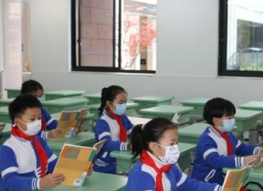 衢州有学校开学了?好些家长送娃上学,连教育局都来人