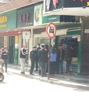 沈家门西大街有人丢烟蒂被罚款 爱抽烟的要小心了!