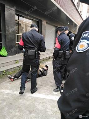 警察出动!环卫工和收停车费的人打起来了,一人倒下