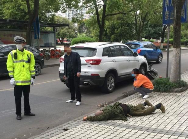 被撞飞好几米!西江路一电瓶车主被撞,伤者倒地一动不动!
