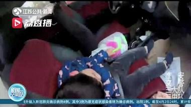 不可大意!淮安一糊涂母亲留幼儿独睡车内 辅警及时发现化险为夷