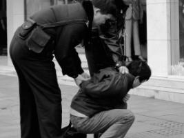 悲剧!200元嫖资引纠纷,男子刺伤失足女后将她掐死