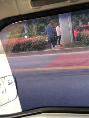 绍兴某路段突发车祸!车头全撞碎,路边围了一群人