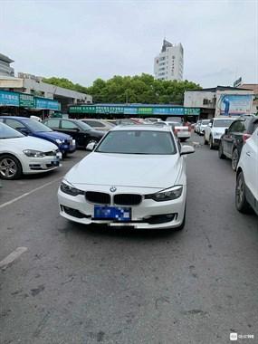 嫌别人倒车慢,这老板把宝马丢在江滨市场,扭头就走