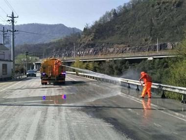 一路追踪 交通执法队高效处置公路抛洒案件