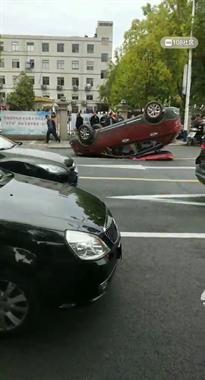 领带四路轿车倒翻!一人卡在车里倒仰着,120紧急赶到