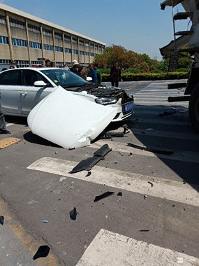 刚刚运河桥下出事!小汽车引擎盖掀开,男司机站旁边傻眼